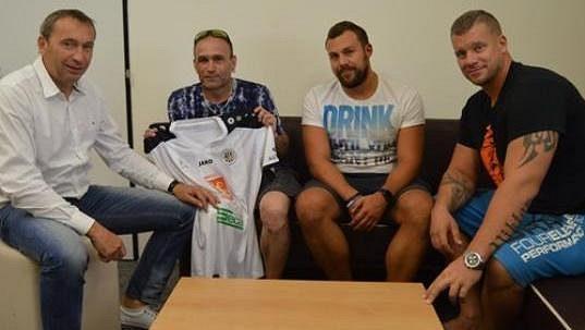 Poškozený fanoušek Petr Janošič (druhý zleva) při setkání se zástupci vedení hradeckého klubu a bezpečnostní agentury.