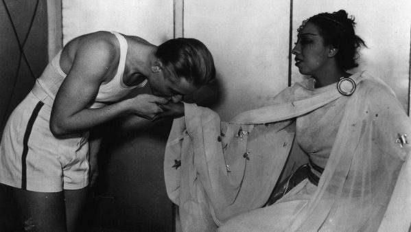 Atletka Zdena Koubková, resp. Zdeněk Koubek (vlevo) na archivním snímku při setkání s americkou zpěvačkou Josephine Bakerovou.