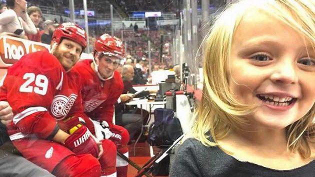 Dylan Larkin a Steve Ott při nečekané fotografické pauze na trestné lavici se čtyřletou Lylah Amlasovou.