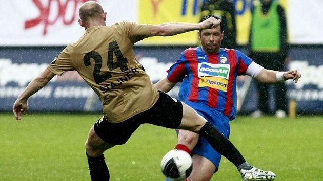 Liberecký Jiří Štajner (zády) kontra plzeňský Pavel Horváth, jeden z klíčových soubojů ligy.