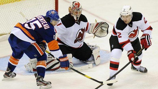 Marek Židlický z New Jersey (vpravo) v zápase proti NY Islanders.