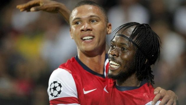 Gervinho (vpravo), autor druhého gólu Arsenalu, se raduje z trefy proti Montpellieru se spoluhráčem Kieranem Gibbsem