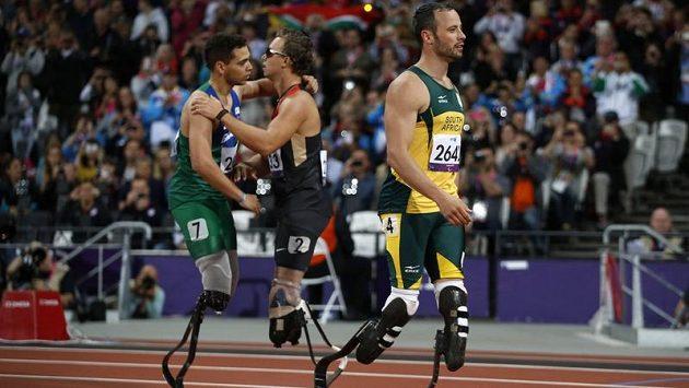 Jihoafričan Oscar Pistorius (vpravo) na paralympijských hrách překvapivě nestačil na Brazilce Alana Fontelese Cardosa Oliveiru.