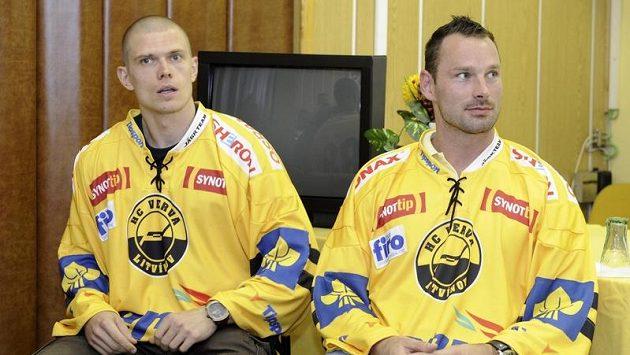 Útočník Litvínova Vladislav Baláž (vlevo) a obránce Chemiků Marek Posmyk