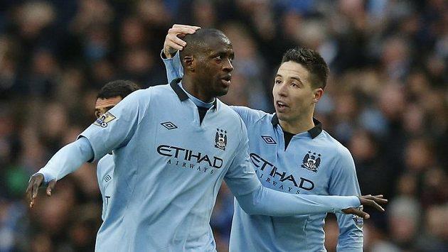 Yaya Touré z Manchesteru City (vlevo) se raduje se spoluhráčem Nasrim z gólu. Radost to však byla předčasná, Citizens poprvé v této sezóně prohráli.