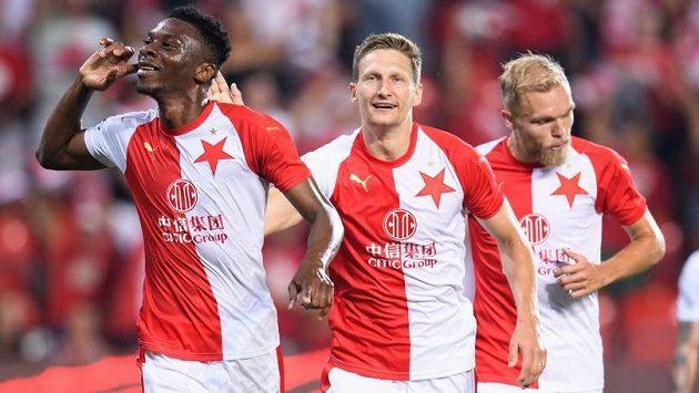 FotbaIisté Slavie Praha Ibrahim Traoré a Milan Škoda oslavují gól na 4:0 během utkání s Bohemains 1905.