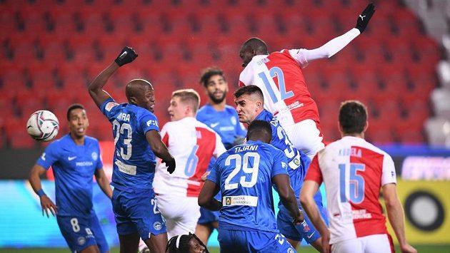 Slávista Abdallah Sima otevírá skóre utkání s Libercem.