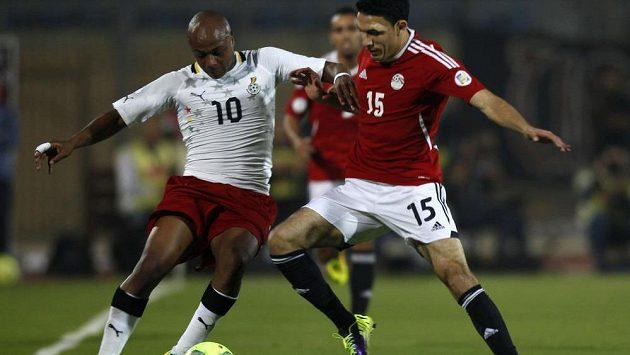 André Ayew (vlevo) v dresu Ghany bojuje o míč s Mohamadem Gedem z Egypta v kvalifikačním utkání o postup na MS.