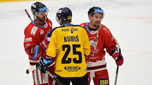 Hokejista Pavel Kubiš ze Zlína (uprostřed).