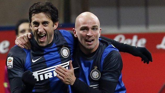 Útočník Diego Milito z Interu Milán (vlevo) se raduje ze vstřelení gólu.