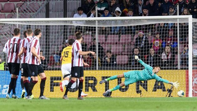 Brankář Sparty Milan Heča se marně natahuje po střele budějovického Benjamina Čoliče z přímého kopu.