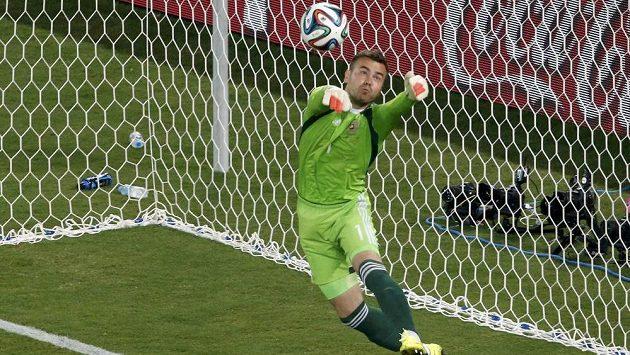 Ruský brankář Igor Akinfejev se chystá lapit míč po střele I Kun-hoa z Jižní Koreje...