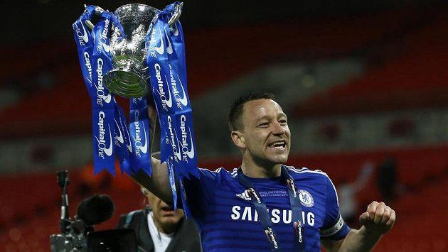 Obránce Chelsea John Terry s trofejí pro vítěze Ligového poháru.