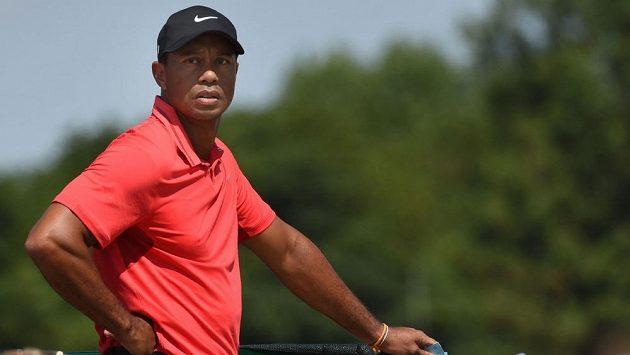 Někdejší golfová jednička Tiger Woods jako by vyhlížela zlaté staré časy...