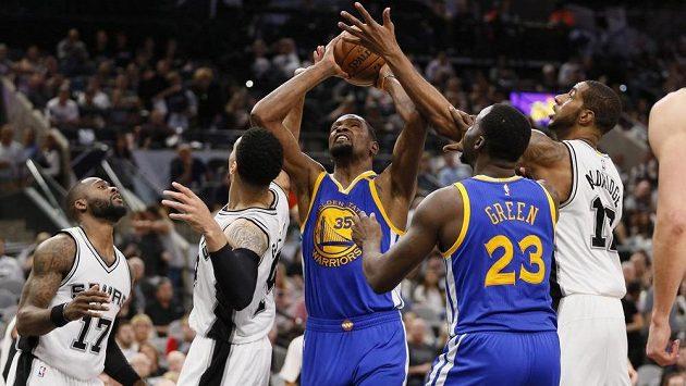 Basketbalisté Golden State si zahrají ve finále NBA, ve finále Západní konference vyhráli nad San Antoniem jasně 4:0 na zápasy.