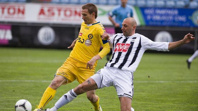 Marek Jungr z Jihlavy bojuje o míč s Romanem Lengyelem z Českých Budějovic.
