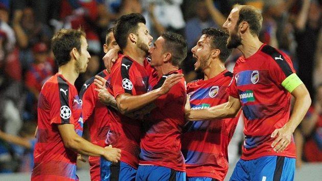 Hrači Plzně se radují z gólu.