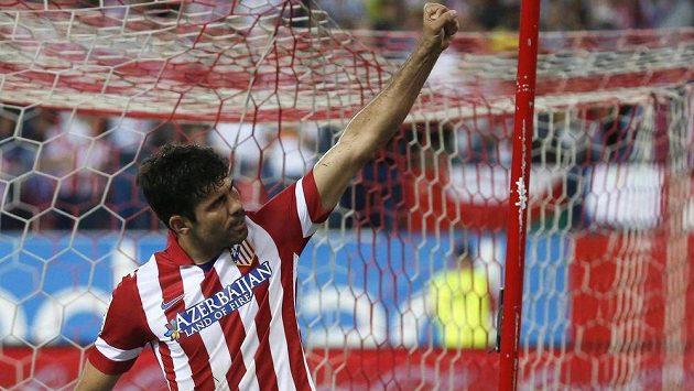 Kanonýr Atlétika Madrid Diego Costa slaví proměněnou penaltu.