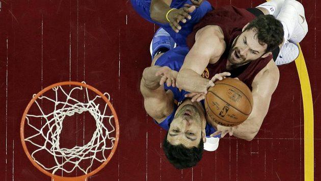 Basketbalista Clevelandu Cavaliers Kevin Love (vpravo) v podkošovém souboji se Zazou Pachuliou z Golden State