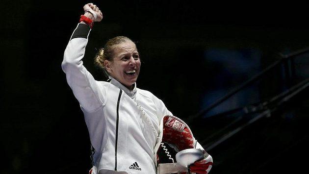 Maďarka Emese Szászová se raduje z olympijského triumfu v šermu kordem.