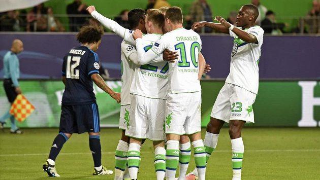 Maximilian Arnold se spoluhráči z Wolfsburgu oslavuje gól proti Realu Madrid.