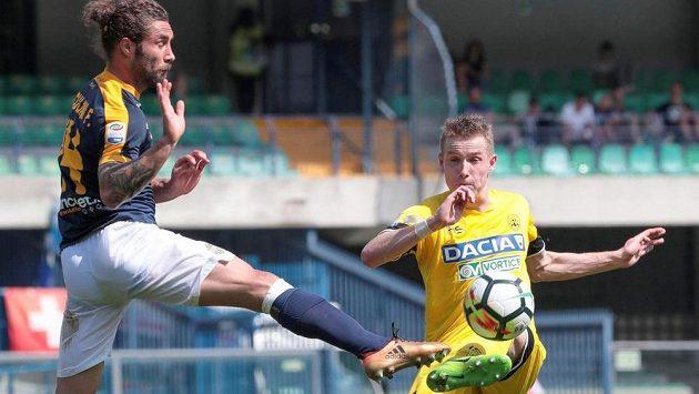 Jakub Jankto v dresu Udine (vpravo) odehrává míč přes bránícího Franca Zuculiniho z Verony v utkání Serie A.