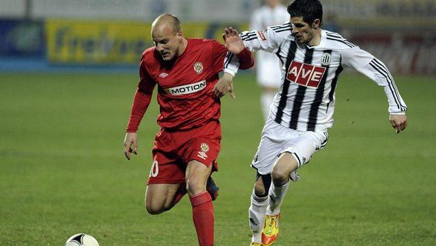 Brněnský Pavel Mezlík (vlevo) si kryje míč před dotírajícím Petrem Javorkem z Českých Budějovic.