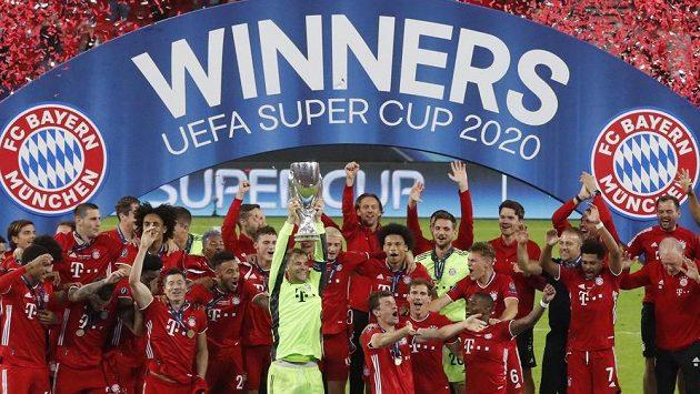 Fotbalisté Bayernu Mnichov se Superpohárem UEFA.