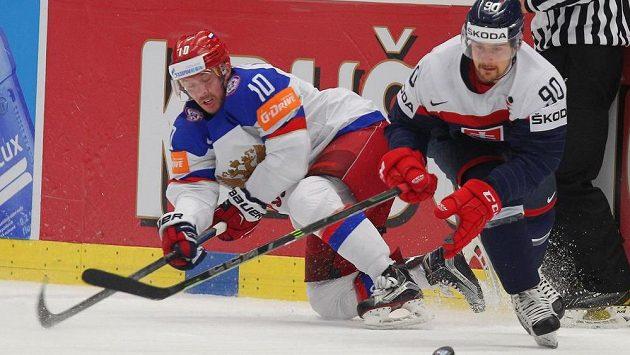 Sergej Mozjakin z Ruska a Tomáš Tatar ze Slovenska bojují o puk.