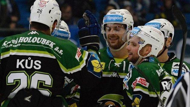 Hráči Varů se radují z gólu.