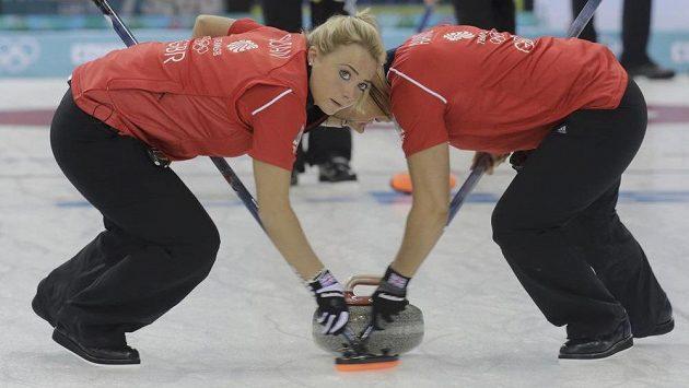 Britské curlerky Anna Sloanová (vlevo) a Vicki Adamsová na olympiádě v Soči.