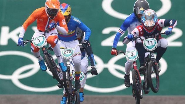 Twan van Gendt z Nizozemí (vpravo), Carlos Ramirez z Kolumbie (uprostřed) a Connor Fields ze Spojených států v olympijském závodu v bikrosu.