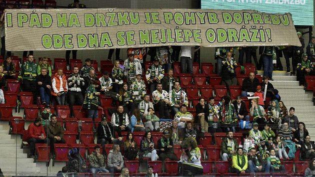 Kotel karlovarských fanoušků zůstal do desáté minuty zápasu skoro prázdný na protest proti výkonům domácích hokejistů v minulých zápasech. Tentokráte přišel úspěch.