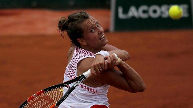 Barbora Strýcová odvrací tažký míč v utkání s Polkou Radwaňskou.