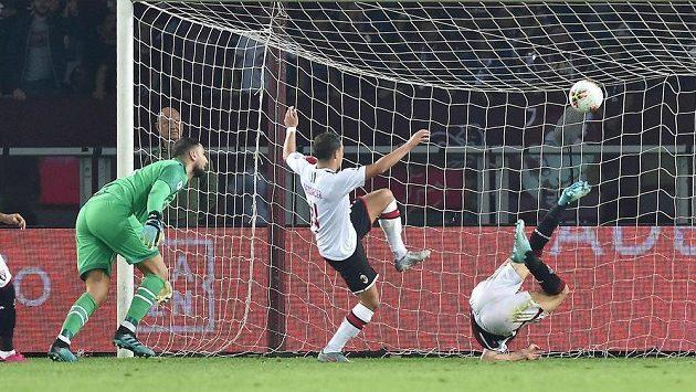 Turínský Andrea Belotti (vpravo) dává gól proti AC Milán.