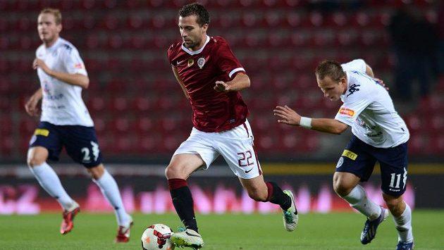 Záložník Sparty Josef Hušbauer (uprostřed) v ligovém utkání proti Slovácku.