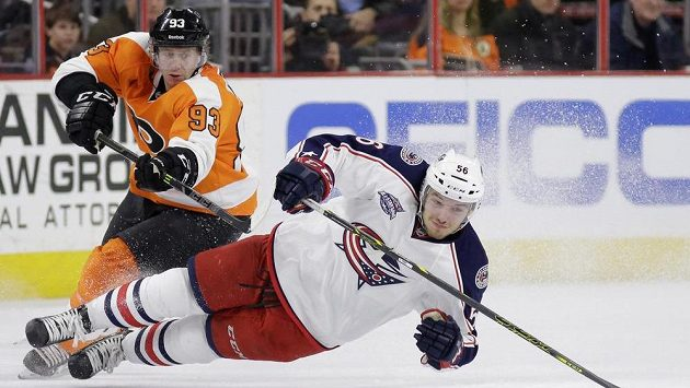 Jakub Voráček z Philadelphie (vlevo) atakuje Marka Dana z Colubmusu.