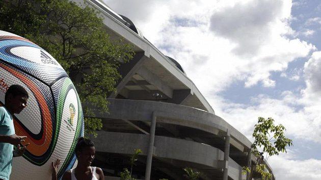 Před slavným stadiónem Maracaná pózují mladí Brazilci, pro MS je takřka vše připraveno.
