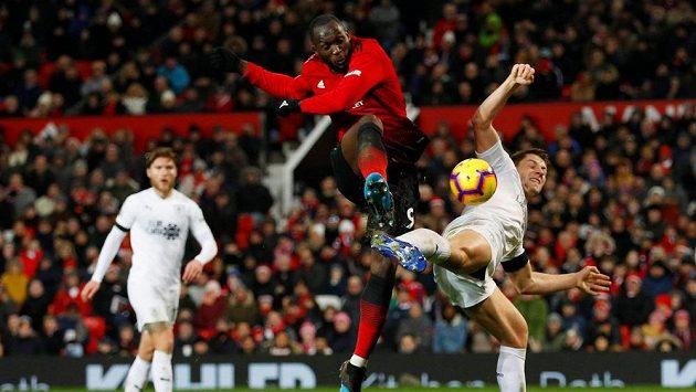Romelu Lukaku (uprostřed) z Manchesteru United pálí na branku. Gól z toho ale nebyl.
