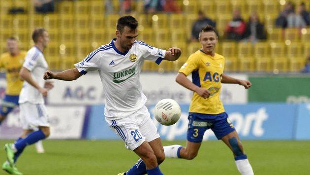 Zleva Lukáš Pazdera ze Zlína a Otto Urma z Teplic v duelu desátého ligového kola.