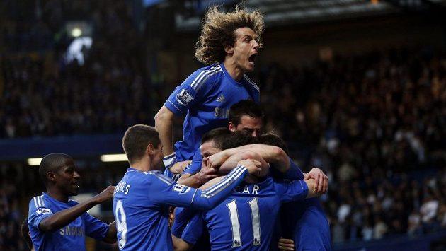 Obránce David Luiz oslavuje se spoluhráči z Chelsea gól proti Tottenhamu.