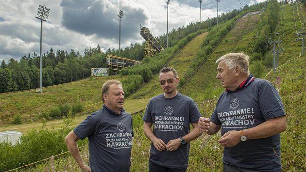 Bývalí skokani na lyžích (zleva) Pavel Ploc, Polák Adam Malysz a Dalibor Motejlek jsou patrony sbírky na záchranu harrachovských skokanských můstků.