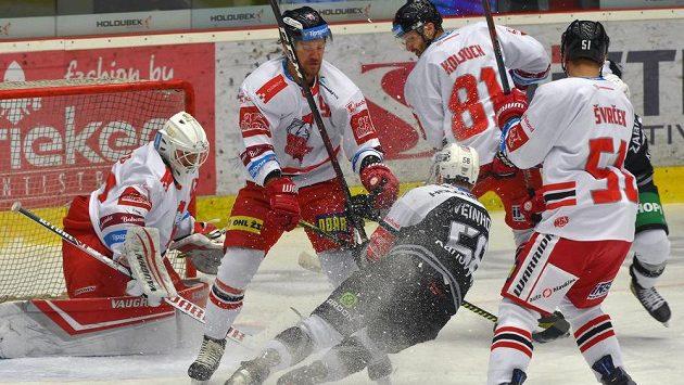 Zleva brankář Olomouce Branislav Konrád, Tomáš Valenta z Olomouce, Martin Weinhold z Karlových Varů a olomoučtí hráči Petr Kolouch a Jan Švrček z Olomouce.