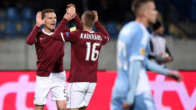 David Lafata a Pavel Kadeřábek oslavují vedoucí gól Sparty v Bratislavě.