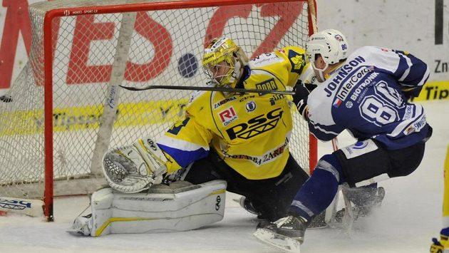 Nicholas Johnson z Plzně střílí druhý gól zlínskému Petru Hromadovi.