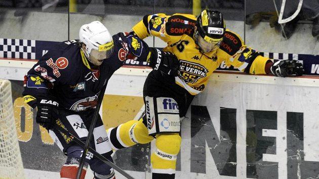 Vlevo Roman Prošek z Chomutova, vpravo litvínovský Peter Jánský v utkání 43. kola hokejové extraligy.