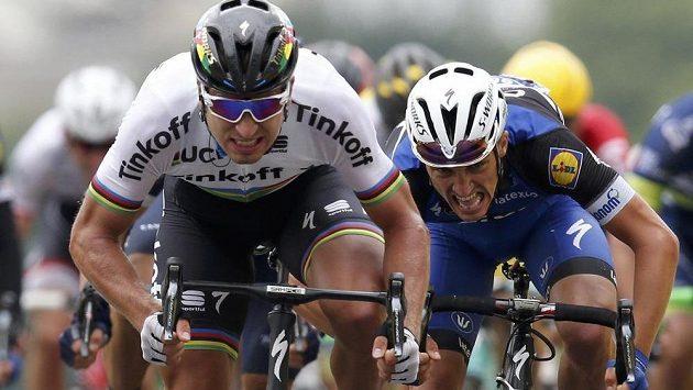 Slovenský spurtér Peter Sagan (vlevo) se řítí vítězně do cíle druhé etapy Tour de France.