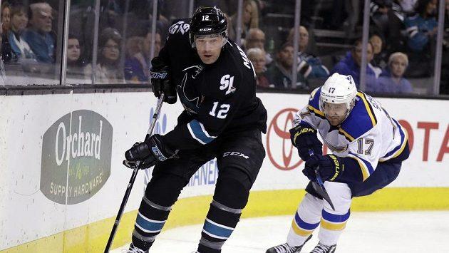 Patrick Marleau (vpředu) ze San Jose v utkání NHL proti St. Louis.