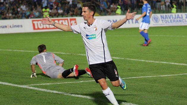 Milan Petržela z Viktorie Plzeň se raduje z branky proti Željezničaru Sarajevo.