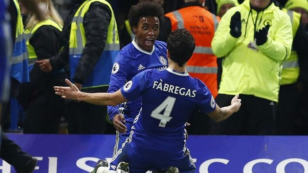 Willian (vzadu) z Chelsea slaví se spoluhráčem Cescem Fábregasem gól proti Stoke.